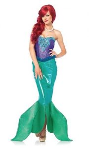Rothaarige Frau im Ariel Kleid